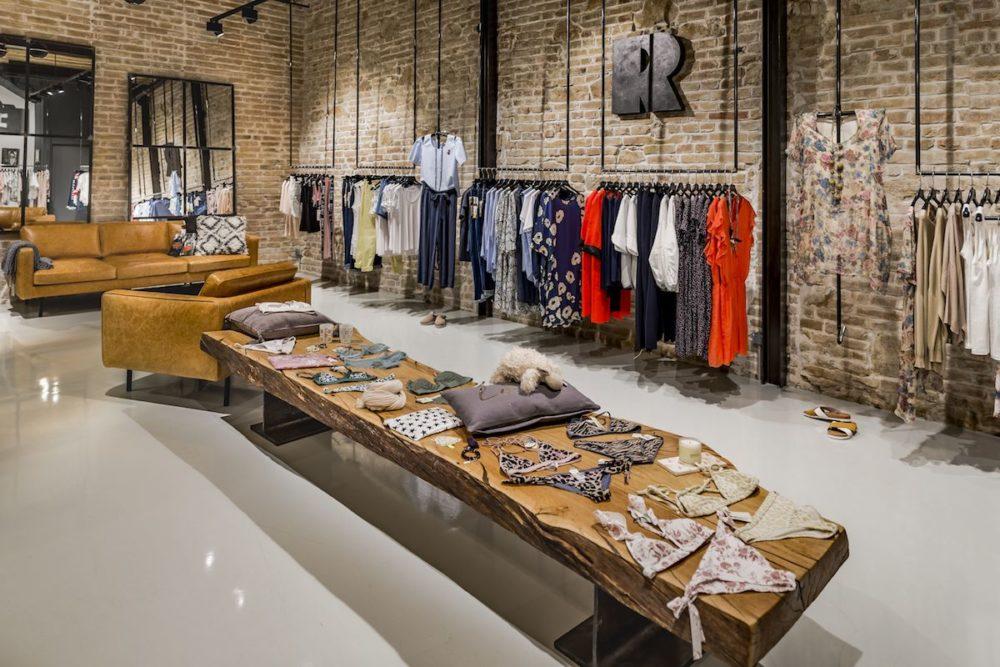 VIVI&LULU - predajne s dámskou módou - interier predajne - pôvodná tehlová stena