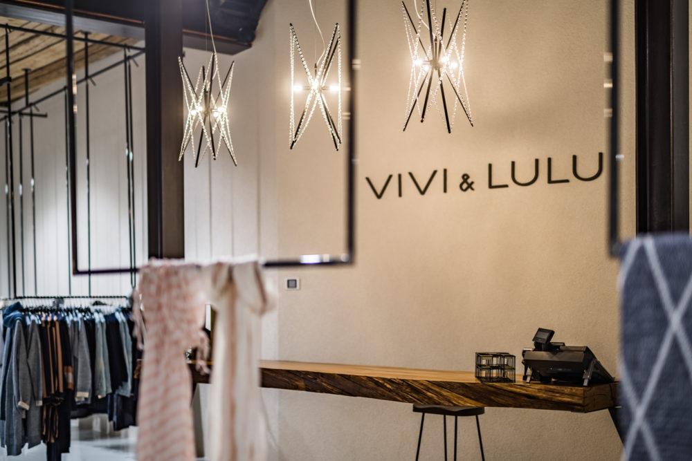 Lustre nad recepčným stolom v predajni Vivi&Lulu