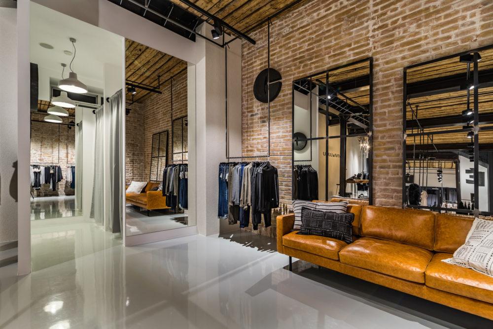 VIVI&LULU - predajne s dámskou módou - Skušobné kabínky a ručne šitá koženná sedačka